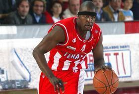 """Tyrone Jeremy Grant-N°34, SF/PF, 02/01/1977 Brooklyn (New York), 202 cm, 105 kg, College: St. John's (NY). Tyron Grant è un ex cestista statunitense con un retaggio proveniente dalle Isole Barbados. Il 4 ottobre 1999 Grant firma un contratto con gli Charlotte Hornets e va al campo d'allenamento dei Calabroni. Il 18 novembre 1999 però gli Hornets rinunciano al suo contratto. Grant quindi opta per la carriera europea, dopo aver giocato per un paio di squadre americane ed una breve parentesi al Belgrano San Nicola, giocherà per diverse squadre anche in Italia, ad esempio, Livorno, Avellino, Teramo, Milano, Virtus Bologna, Veroli Basket, Treviso e Venezia, fino a ritirarsi l'anno scorso dopo una gara con l'Ilisiakos Atene si ritira. Qui diventa un buon marcatore ed un buon rimbalzista. Ora a New York cerca di aiutare chi ha bisogno. Come? Fondando un'associazione senza scopo di lucro (nel 2011) chiamata Team First, la cui base è al 501 Brooklyn (c) 3 che si adopera per aiutare i bambini fino ai sedici anni, tenendoli impegnati nell'apprendimento del basket da professionisti, avendo come mentore proprrio Tyrone. Grant dice che fu uno di quei tipici """"cattivi ragazzi"""", nel senso che non ha mai veramente preso nulla sul serio, soprattutto la sua educazione. Tutto è cambiato quando il suo allenatore di basket del liceo ha visto qualcosa in lui, e l'amore e l'entusiasmo di Tyrone per il basket ha cominciato a spingerlo sulla strada giusta nella vita. Il suo saggio allenatore gli ha infuso il bisogno di prendere sul serio l'educazione e l'impegno come filosofia per arrivare al traguardo. Tyrone ha ascoltato questo allenatore e ha avuto successo con questo consiglio, ora lo sta trasmettendo ad altri. Tyrone dice che Team First cerca di dare a dei bambini che non sarebbero in grado di sognare, dei risultati e delle opportunità. Egli sta dando loro la possibilità di vedere Brooklyn e Manhattan, imparare da professionisti, ottenere il suo tutoraggio, e vedere il mondo sotto una nu"""