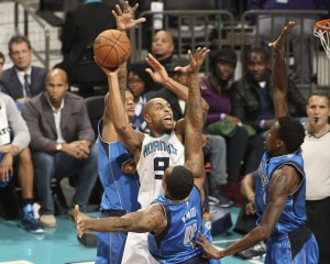 Gerald Henderson in mezzo ad Aminu, Smith e Villanueva.