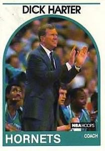 """1^ (Richard A.) Dick Harter-14/10/1930 Pottstown (Pennsylvania)- 12/03/2012 Hilton Head (South Carolina), Coach, con gli Hornets 1988-90, squadra precedente: Indiana Pacers, squadra successiva: New York Knicks, 28 Vinte 94 Perse. L'incomparabile DICK HARTER L'aneddoto. Parla il direttore generale dell'epoca degli Hornets Scheer: """"Muggsy era probabilmente il nostro idolo locale. Lui era molto basso. Però era anche il preferito di George Shinn. Dick Harter voleva commerciare Muggsy. Ogni singolo giorno sarebbe venuto in ufficio a dirmi: """"Non si può vincere con una guardia di 5,3 pollici. Dobbiamo scambiarlo, dobbiamo commerciarlo."""" Ogni giorno gli rispondevo: """"Dick, è l'unico ragazzo per il quale George avrebbe posto un veto. Lui non ha intenzione di commerciare Tyrone."""" Il mio suggerimento era di dimenticarselo. Ma lui non avrebbe dimenticato. Finalmente mi disse: """"Io prendo Shinn , OK?"""" Ok, Tu ed io andremo a parlare con Shinn. Egli disse: """"OK."""" Si entra e ci si trova alla fine di questo lungo tavolo da conferenza. Sono all'altra estremità con Harter. C'era l'eco."""" Io dissi: """"OK. Dick, andiamo avanti."""" Mi voltai e non c'è Harter. O meglio c'era, ma con le mani sulle ginocchia, col naso appoggiato sul tavolo della sala conferenze, a guardare su di esso l'orizzonte. Dick continuò: """"Questo è ciò che Muggsy vede quando sta giocando in difesa! Questo è quello che vede Muggsy! Guardo George e George non sta ridendo. Ero quasi pronto a scoppiare a ridere. Eravamo lì per parlare di un giocatore e lui era lì con le mani sulle ginocchia, col naso sul tavolo. Quando ebbe finito gli confessai: """"Dick, è la presentazione più creativa che abbia mai visto. Peccato che probabilmente sarete licenziato."""""""