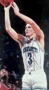 """3^ Rex (Everett) Chapman-N°3, SG, 05/10/1967 Bowling Green, 193 cm, 84 kg, 1988-92, Scelto dagli Hornets al Draft 1988 come N° 8, Squadra successiva: Washington Bullets, G. 220, Pt. 3574. http://www.youtube.com/watch?v=wadJQ8Kq44w Rex Chapman aveva un papà (Wayne) che ai suoi tempi giocò 206 partite nella ABA, la lega che fornì squadre come gli Indiana Pacers, San Antonio Spurs, all'attuale NBA. Tuttavia la passione di Rex era nuotare, probabilmente però il Basket era nel suo DNA, quando scelse di rimanere vicino a casa firmando con l'Università del Kentucky, Chapman diventò una stella dei Kentucky Wildcats, segnando in totale 1.073 punti in soli due anni con Kentucky, prima di optare per entrare nel Draft NBA. Dopo il suo secondo anno, Chapman si dichiara eleggibile per il Draft NBA. Chapman dichiarò nel 2005 al The Courier-Journal che la decisione venne affrettata a causa della sua vita privata. Dei funzionari del Dipartimento di atletica, ed altri a Kentucky cercarono di impedirgli di incontrare donne nere o cercarono di nascondere questo aspetto. Rex disse che una volta qualcuno prese una chiave e rigò con un epiteto razziale la portiera della macchina. Disse anche di essere stato oggetto di battute oscene. """"E 'il clima di come stavano le cose"""", disse aggiungendo; """"Le persone erano infastidite dal fatto che a volte mi incontrassi con ragazze di colore. La maggior parte della gente preferiva che si salvaguardasse la riservatezza e quindi nascondere ciò."""" (USA TODAY) Chapman fu selezionato come ottava scelta assoluta nel Draft 1988, divenendo il primo giocatore firmato dagli Charlotte Hornets nella storia della franchigia. Chapman era popolare tra gli appassionati di basket a Charlotte, in quanto tenne una media di 16,9 punti a partita durante la sua prima stagione. Chapman arrivò 6° dietro a Dominique Wilkins durante il suo primo Slam Dunk Contest NBA, ma durante la stagione 1989-1990, Chapman, in occasione dell'All Star Game di Charlotte fu nuovamente protagonis"""