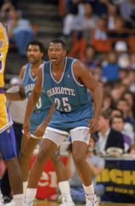 """4^ Earl Cureton """"The Twirl""""-N°25, PF-C, 03/09/1957, Detroit, 206 cm, 95 kg, 1988-89 e 1991, squadra precedente: Los Angeles Clippers, squadra successiva: Connecticut Skyhawks, G. 91, Pt. 549. Earl Cureton vinse due volte il campionato NBA. Nel 1983 con i Philadelphia 76ers e nel 1994 entrando a stagione in corso con gli Houston Rockets. """"Piroetta"""", gioca la prima stagione della storia degli Hornets nel 1988 e vi torna nel 1991 per una parentesi di 10 giorni con i teal and purple. Nel 1988 finisce per segnare di media 6,5 punti per Charlotte. Earl giocò anche in Italia con la maglia dell'Olimpia Milano (che allora si chiamava Simac) nel 1983, disputando 6 partite in totale, ma poi scappò negli Usa adescato dai Detroit Pistons. Nel 1989/90 ne giocò altre 12 sempre con le scarpette rosse. La sua seconda stagione con l'Olimpia Milano fece fu una parentesi tra le due stagioni disputate con gli Charlotte Hornets. Calabroni, con i quali aveva firmato un contratto no-cut fino al termine della stagione; così gli Hornets non potevano esimersi dal versargli lo stipendio. Cureton, al nono anno NBA, l'anno seguente avrebbe ottenuto, a causa di una clausula, più soldi al decimo anno nella NBA, inoltre chiese alla Philips (allora Milano si chiamava così) il silenzio sulle cifre d'ingaggio (c'è chi allora parlava di 750mila dollari, chi di 350mila), in modo che nessuno s'imbarazzasse."""