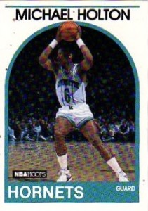 """7^ Michael (David) Holton """"Mike""""-N°6, PG, 04/08/1961, Seattle, 193 cm, 84 kg, 1988-90, squadra precedente: Portland Trail Blazers, squadra successiva: Tulsa Fast Breakers, G. 83, Pt. 582. http://www.youtube.com/watch?v=hhmW3vHpGUo&feature=youtu.be Holton è stato scelto alla cinquantatreesima posizione del Draft NBA del 1983 dai Golden State Warriors, tuttavia i Warriors preferiscono non avvalersi dei suoi servigi, così """"Mike"""" finisce per giocare un anno con i Puerto Rico Coquis della CBA. Passerà poi per Phoenix, firmerà un contratto per dieci giorni con i Chicago Bulls, rinnovato fino alla fine della stagione ma l'anno seguente, i Bulls decidono di non pareggiare l'offerta dei Portland Trail Blazers per il giocatore. Nel 1988, la NBA percreare i roster di Heat ed Hornets creò un Draft d'espansione, Holton, non protetto, finì a giocare per i Calabroni. La prima sarà la stagione migliore della sua carriera. Partirà 60 volte titolare su 67 gare disputate, giocando 25,3 minuti a partita, finendo con una media punti di 8,3 e smerciando 6.3 assist a gara. Dopo aver saltato più di metà della stagione 1989-1990 a causa di un infortunio, gioca solo 16 gare e viene lasciato a piedi dagli Hornets e a 28 anni termina la sua carriera NBA. Gioca ancor un pauio d'anni nella CBA, nel 1990/91 nei Tulsa Fast Breakers e nel 1991/92 si ritira dal basket giocato battendosi per i Tri-City Chinook. Dal 2001 al 2006 prova l'esperienza di allenatore alla Università di Portland. Oggi (2013) ha una compagnia che offre servizi assicurativi, ecco il link: http://www.michaelholton.com/"""