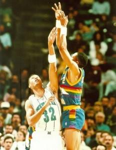 14^ Brian (Maurice) Rowsom-N° 32, PF, 23/10/1965, Newmark, 206 cm, 100 kg, 1988-90, squadra precedente: Pau-Orthez (Francia), squadra successiva: Hapoel Eilat (Israele), G. 78, Pt. 451. http://www.youtube.com/watch?v=XgvO2CNjogg&feature=youtu.be Rowsom viene scelto dagli Indiana Pacers nel 1987 come trentaquattresimo assoluto. Qui gioca solo quattro partite e mette a referto 6 punti. Dopo l'esperienza al Pau, Rowson viene chiamato come free agent dagli Charlotte Hornets per la stagione 1988-89 e mette piede in campo 34 volte, terminando il suo primo anno con i Calabroni, con una discreta media punti di 6,6. Oggi Rowsom si cimenta come allenatore. Dopo alcune esperienze in patria tra le quali i Carolina Thunder (2005-2006), Rowson nel 2009-10 è l'allenatore degli Oita Heat Devils, squadra giapponese. Attualmente (2013) è in Qatar come allenatore del team Al Rayyan.