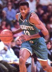 30^ Kendall (Cedric) Gill-N°13, SF/SG, 25/05/1968, Chicago, 196 cm, 98 kg, 1990-93 e 1995-96, scelto dagli Hornets al Draft NBA 1990, squadra intermezzo: Seattle SuperSonics, squadra successiva: New Jersey Nets, G. 266, Pt. 3343. http://www.youtube.com/watch?v=uDDfnk1TmCA http://www.youtube.com/watch?v=QmVkA3R3EYo Kendall Gill viene scelto dagli Charlotte Hornets nel 1990 come quinta scelta assoluta. Gill si dimostra subito un buon giocatore, gioca 82 partite e parte 36 volte titolare. Finirà con 11 punti a gara ed 1,3 rubate a partita, venendo inserito nel quintetto rookie del primo anno. Il secondo anno Gill migliora sensibilmente in punti realizzati e termina con 20,5. Con il tempo affinerà le sue doti, già fa intravedere la schiacciata (vince uno slam dunk al college) ed è un buon scippatore di palloni (nel 1998-99) vincerà la classifica delle rubate con una media di 2,7 a gara. Il 23 dicembre 1991, sotto Natale, si concede il lusso di farsi un regalo in anticipo, mettendo a segno 31 punti (il suo career high fino a quel momento) contribuendo in maniera sensibile alla vittoria per 114-106 sui 76ers allo Spectrum. Gioca ancora una stagione con i Calabroni, ma il primo settembre 1993 viene scambiato insieme ad una futura scelta 1994 (che sarà Carlos Rogers) per Dana Barros, Eddie Johnson ed una futura scelta 1994 (Sharone Wright). Il 27 giugno 1995 i Seattle SuperSonics lo rimandano a Charlotte, dopo due stagioni passate sulla costa del Pacifico, in cambio del nativo di Chicago Hersey Hawkins (proprio come lui) e l'ala David Wingate. La permanenza nella Carolina Del Nord dell'inquieto Gill però dura poco, anche perchè si dice che i rapporti con la stella Larry Johnson non siano il massimo della serenità, il 19 gennaio 1996 gli Hornets mandano lui e Khalid Reeves ai Nets per Kenny Anderson e Gerald Glass. Curiosità Gill nel 2005 entra nel mondo dei professionisti del pugilato come heavyweight, l'ultimo incontro dei quattro disputati (tutti vinti) è il 30 aprile 201