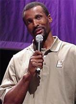 """59^ Eddie (Edward Arnet) Johnson-N°8, SF, 01/05/1959 Chicago (Illinois), 201 cm, 98 kg, 1993-94, squadra precedente: Seattle SuperSonics, squadra successiva: Olimpiacos, G. 73, Pt. 836. Pagina Twitter: http://twitter.com/@Jumpshot8 http://www.youtube.com/watch?v=SbOdt5cEzx0&feature=youtu.be Johnson viene selezionato al secondo giro, con la scelta numero 29 al Draft NBA del 1981. A chiamarlo sono i Kings, allora anccora a Kansas City. Oltre l'esperienza con i Kings, trasferitisi poi a Sacramento, Johnson giocherà con i Phoenix Suns, con i quali nel 1989 vincerà il titolo di sesto uomo dell'anno. Successivamente passerà ai Seattle Supersonics ed arriverà nel 1993 agli Charlotte Hornets nella multitrade che vedrà passare in gialloverde Kendall Gill. Pacers, Nuggets e Rockets saranno le sue esperienze in NBA successive. In NBA Johnson realizza 19.202 punti, nonostante ciò Eddie non è mai stato selezionato per giocare una partita tra All-Star. Dotato di un buon tiro da tre punti, con gli Charlotte Hornets giocherà 73 partite partendo 27 volte da titolare, realizzando in media 11,5 punti. Dopo aver concluso la sua carriera da cestista, Johnson si rivolse a trasmissioni a cui serviva un commentatore. Tra le altre squadre seguite vi sono una squadra femminile della WNBA, le Phoenix Mercury ed anche i Phoenix Suns. Johnson collabora anche con il sito Hoopshype.com. Nel 2006 Johnson è al centro di un curioso caso. Un omonimo Eddie Johnson, detto """"Fast Eddie"""", anch'esso giocatore di basket NBA (per Atlanta, Cleveland e Seattle) ma nato nel 1955, viene arrestato con l'accusa di violenza sessuale su di un minore e furto con scasso. Il problema nasce dal fatto che l'avvenimento accade l'otto di agosto, quando la NBA è in offseason e Eddie A. non è in tv, quindi diverse agenzie di stampa e media fanno confusione, associando al """"nostro"""" Eddie la responsabilità dell'accaduto, anche mettendo sue foto nell'etere. Johnson ha detto che quello è stato il giorno peggiore della sua vita e """
