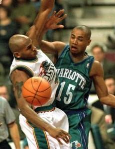 68^ Corey (Laveon) Beck-N°14-15, PG, 27/05/1971 Memphis (Tennessee), 185 cm, 86 kg, 1995-96 e 1997-99, squadre precedenti: Sioux Falls Skyforce (1995 e 1996/97)-Detroit Pistons (1999), squadra successiva: Sioux Falls Skyforce (1996/97, 1998/99 e 1999/00), G. 80, Pt. 231. http://www.youtube.com/watch?v=6Pjjt994NTM Laveon Corey Beck è un ex giocatore di basket americano che ha giocato tre stagioni nella NBA, ha militato anche in CBA, nel campionato lituano, ecc... Dopo aver trascorso un anno a South Plains College, ha giocato tre stagioni con i Razorbacks, University of Arkansas, con la quale ha una media di 7.9 punti, 4.7 assist e 4.2 rimbalzi a partita, in più si proclama campione NCAA nel 1994. In finale Beck realizza 15 punti. Dopo non essere stato selezionato nel Draft NBA 1995, ha firmato con i Sioux Falls Skyforce della CBA, con i quali ha giocato fino al mese di dicembre, poi è stato voluto dagli Charlotte Hornets, formazione con la quale ha giocato cinque partite in cui ha segnato cinque punti in totale. L'anno seguente tornò agli Skyforce e venne dichiarato miglior difensore del campionato, il che gli valse un'altra chiamata degli Hornets che lo firmarono come free agent. Beck questa volta con i Calabroni gioca una stagione completa, con una media di 3,2 punti e 1,7 assist a partita. Tornerà ancora una volta ai Sioux Falls, l'anno successivo si unì ai Detroit Pistons, e successivamente tornò all'alveare dai calabroni di Charlotte. Dopo essere stato in giro per il mondo, firma con gli abruzzesi del Roseto Sharks nel 2001. Con la squadra italiana ha una media di 1,8 punti nelle cinque partite giocate.