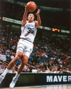 69^ Donald (Jerome) Hodge-N°?, C, 25/02/1969 Washington (D.C.), 213 cm, 104 kg, 1996, squadra precedente: Dallas Mavericks, squadra successiva: -, G. 2, Pt. 0. Hodge venne selezionato dai Dallas Mavericks nel 2° turno (33 ° assoluto) del Draft NBA 1991 dopo un paio di ottime stagioni alla Temple University con gli Owl, i Gufi. In 5 anni tiene una media di 4,7 punti a partita. Il primo anno a Dallas gioca 51 partite (delle quali 27 partendo titolare), ha una media di 8.4 punti e 5.4 rimbalzi in quasi 21 minuti di gioco a partita. Dallas sembrava che avesse trovato un discreto giocatore. Tuttavia le cifre di Hodge e dei mavs sono in rapido declino. Dallas in quegli anni fa un paio di stagioni disgraziate con un 11-71 e un 13-69, Hodge 8complice anche l'arrivo prima di Jim Jackson e poi di Jason Kidd), nonostante fosse un fan dei Mavs, passa agli Charlotte Hornets per un brevissimo periodo nel quale riesce a giocare solo due partite grazie ad un contratto di 10 giorni. Quella fu l'ultima volta che Donald Hodge riuscì a giocare nella NBA. Nel 1999 gioca nel campionato belga. Hodge é rimasto nell'ombra fino a quando fu arrestato per traffico di droga e condannato a cinque anni di carcere. Hodge pare distribuisse marijuana, cocaina e crack. In una dichiarazione dei fatti presentati con il suo patteggiamento, Hodge ha ammesso che tra aprile 2010 e gennaio 2011, lasciò la sua casa in DC per svolgere tale attività.