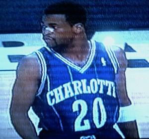 """73^ Pete ('r Eddie) Myers """"Skeeter Hawk""""-N°20, SG-SF, 15/09/1963 Mobile (Alabama), 198 cm, 82 kg, 1996, squadra precedente: Miami Heat, squadra successiva: Pallacanestro Cantù, G. 32, Pt. 92. http://www.youtube.com/watch?v=EJjPYibnnQE Girovago della NBA, Pete gioca nella massima Lega statunitense per ben sette squadre. Scelto dai Chicago Bulls in Draft interminabile, al sesto giro al 120° posto, Myers inizia a girovagare presto tra Stati Uniti e Spagna. San Antonio, Saragozza e New York per ricordarne alcune. Myers approda anche in Italia con tre differenti squadre. Nel 1990-91 è con l'Aprimatic Bologna (ovvero la Fortitudo), formazione con la quale gioca 13 partite segnado a partita 22,1 punti, la sua miglior stagione in termini di punti realizzati in Italia. Nel 1991-92 è con la Mangiaebevi, si tratta sempre della Fortitudo che nel frattempo aveva cambiato sponsor. Nell'annata in questione gioca altre 28 gare. Nel 1992-93 è con la Scavolini Pesaro. Myers ritorna nella NBA nel 1993 firmando nuovamente per i Chicago Bulls per cercare di rimpiazzare (impossibile) un po' il posto lasciato dal ritirato Michael Jordan come starting shooting guard. Michael Jordan però ritorna, così Myers firma con gli Hornets il 3 ottobre 1995, ma un mese dopo i Calabroni si ritrovano con la grana Mourning, così Myers viene spedito insieme ad altri giocatori agli Heat in una maxi trade. Gli Heat però lo tagliano dopo 39 partite giocate, così Myers ritorna in North Carolina a Charlotte il 16 febbraio 1996. In 32 gare giocate (una come starting player) tiene una media di 2,9 punti, 2,1 rimbalzi e 1,5 assist. Fortunato o miracoloso è il suo tiro che l'otto aprile 1996 si infila nel canestro dei suoi ex Bulls. La conclusione effettuata da metà campo completamente decentrato, trova la retina e saranno tre punti fondamentali per gli Hornets che vinceranno 98-97. Nel 1996-97 è con la Polti Cantù. Conclude la carriera nella CBA ai Quad City Thunder, squadra che ha il campo situato a Moline in Il"""