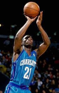 """100^ (Tyree Ricardo) Ricky Davis """"Ricky Buckets"""", """"Grits N Gravy"""", """"Wrong Rim Ricky""""-N°21, SG, 23/09/1979 Las Vegas, 198 cm, 88 kg, 1998-00, selto dagli Charlotte Hornets al primo giro del Draft NBA 1998 come 21^ scelta assoluta, squadra successiva: Miami Heat, G. 94, Pt. 436. http://www.youtube.com/watch?v=6wKUESmnSV4&feature=youtu.be In due anni a Charlotte gioca mediamente 12 minuti per gara e realizza 4,6 punti di media. Aldilà delle cifre, uno dei più esplosivi e spettacolari giocatori visti a Charlotte. Carattere particolare, da raccontare l'episodio che vede coinvolti lui e l'ex allenatore Paul Silas (con il quale c'erano dei problemi), poi finiti entrambi ai Cavaliers. In una gara contro gli Utah Jazz, Ricky, per raggiungere la tripla doppia, cosa che non gli era mai riuscita, si gira verso il suo canestro tirando e sbagliando intenzionalmente per prendere il rimbalzo... Alla fine, nel dicembre 2003 venne mandato ai Boston Celtics."""