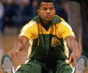 108^ Dale Ellis-N°2, SG-SF, 06/08/1960 Marietta (Georgia), 201 cm, 93 kg, 2000, squadra precedente: Milwaukee Bucks, squadra successiva: - (ritirato), College: Tennessee Volunteers, G. 24, Pt. 55. http://www.youtube.com/watch?v=zMdqKmIRgf8&feature=youtu.be Dale Ellis fu selezionato nono assoluto nel Draft NBA del 1983 dai Dallas Mavericks. Con iMavs ebbe scarsa fortuna, giocava poco e tornava a sedersi in panchina troppo spesso. La fortuna di Ellis cambiò drasticamente dopo aver cambiato team. I Seattle SuperSonics nel 1986 lo fanno giocare e lui ripaga con una media di 24,9 punti a partita. Nel 1987 gli viene assegnato il trofeo di Most Improved Player Award grazie a questi miglioramenti. Dopo aver passato la sua carriera anche in altri team, Bucks, Spurs e Nuggets, il 18 gennaio 2000, i Cervi di Milwaukee lo spediscono a Charlotte, dove giocherà 24 gare, realizzando in media 2,3 punti a gara e partendo 5 volte titolare. La sua carriera però, è ormai giunta al termine. Il primo agosto 2000, viene spedito a Miami nell'ambito di una multitrade. Gli Heat però, interessati più a Eddie Jones, Anthony Mason e Ricky Davis, lo tagliano prima dell'inizio della stagione (il 30 ottobre). A questo punto Ellis decide di ritirarsi, dopo aver giocato per 17 anni nella NBA ed essere passato dal Pacifico di Seattle, alle montagne di Denver, alla lacustre Milwaukee, fino a terminare la sua avvenura in North Carolina.
