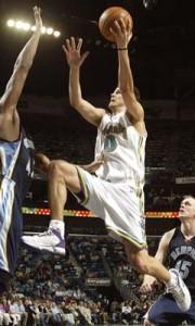 """152^ Boštjan Nachbar-N°10, SF, 03/07/1980 Slovenj Gradec (Jugoslavia, ora Slovenia), 205 cm, 2004-06, Squadra precedente: Houston Rockets, Squadra successiva: New Jersey Nets, G. 80, Pt. 571. http://www.youtube.com/watch?v=91i_frm1yHc&feature=youtu.be """"Boki"""" iniziò la sua carriera, come cestista professionista, nella stagione 1995-96 con la squadra slovena dello ZM Maribor Lumar, dove restò sino al 1997. Poi si trasferì al KK Union Olimpija in cui restò sino al 2000. Nel 2000 approda alla Benetton Basket, dove, l'anno successivo, esplode come giocatore, sia nel campionato italiano sia in Eurolega, facendo buone impressione agli scout NBA. Dirà poi sulla sua esperienza a Treviso su Coach D'Antoni: """" E 'stata probabilmente la migliore esperienza della mia vita. D'Antoni ha dimostrato più volte che lui è uno dei migliori allenatori del mondo. Giocare per lui è stata una grande esperienza per me, ho imparato molto, e mi ha dato la possibilità di giocare quando avevo 20/21 anni, al più alto livello in Europa. È stato lui che mi ha dato la possibilità, che in pratica ha aperto la porta per me alla NBA. Egli è stato determinante quando si trattava per me diventare un giocatore NBA. Era una grande figura, e gli sarò sempre grato per quello che mi ha dato."""" Nel Draft NBA 2002 venne scelto dagli Houston Rockets come numero 15; con questa franchigia militò per due anni, senza brillare molto. Nel 2004 poco prima di metà stagione passò ai New Orleans Hornets con Jim Jackson per David Wesley, qui disputò due stagioni altalenanti, la prima durante la ricostruzuione degli Hornets e la seconda dovette trasferirsi a giocare ad Oklahoma City a causa dell'uragano Katrina. Durante l prima mezza stagione realizzò 8,1 punti a gara per gli Hornets, scesi a 5,0 l'anno seguente con qualche apparizione nel quintetto titolare. L'apice della carriera la raggiunse con i Nets, squadra alla quale passò il 23 febbraio 2006. I New Orleans/Oklahoma City Hornets lo trasferirono in cambio di Marc Jacks"""
