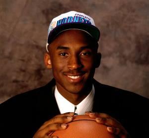 12^ Kobe Bryant-SG, 23/08/1978 Philadelphia, 198 cm, 93 kg. Nel 1996, all'età di 18 anni, Bryant decide di fare il grande salto tra i professionisti e si dichiara eleggibile per il Draft NBA senza passare per il college, pratica poco diffusa allora e divenuta poi più comune, prima dell'introduzione di un limite di età per l'ingresso nella lega professionistica. Viene scelto dagli Charlotte Hornets al primo giro come numero 13 assoluto; subito dopo, però, gli Hornets cedono ai Los Angeles Lakers i diritti su Bryant in cambio del ventottenne centro Vlade Divac, che dopo sette stagioni ai giallo-viola passa così in Eastern Conference. In realtà Bryant avrebbe potuto essere scelto ben più in alto nel draft: i New Jersey Nets, in possesso della scelta n° 8, erano molto interessati a Kobe, tanto che ne testarono le qualità con un provino, rimanendone impressionati. Il suo agente Arn Tellem, però, sapendo che a Los Angeles avrebbe trovato una squadra, guadagni e sponsorizzazioni ben superiori, bluffò dicendo che se Bryant fosse stato scelto dai Nets non sarebbe mai andato a giocare nel New Jersey, tornando piuttosto in Italia, dov'era cresciuto. I Nets si tirarono indietro e ripiegarono su Kerry Kittles, giocatore che avrebbe poi avuto una carriera discreta.