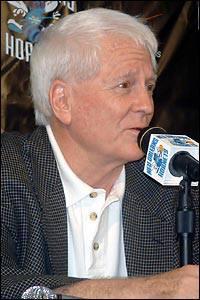 """81^ Robert Eugene """"Bob"""" Bass-Vice presidente e General Manager, 28/01/1929, Anni Hornets: 1995-2004 (9), Playoffs: 7, College: Oklahoma Baptist University. Bob Bass è il GM degli Hornets che ha firmato tra gli altri J. Mashburn, Baron Davis e David West, in negativo però si è fatto """"sfuggire"""" Bryant (già destinato a L.A.) per Vlade Divac. Vince il premio Executive of the Year due volte, la seconda con gli Hornets (1989-90 e 1996-97). Nella NBA come allenatore, ha guidato a più riprese i San Antonio Spurs. http://www.youtube.com/watch?v=aQ7h2N88nqk&feature=youtu.be"""