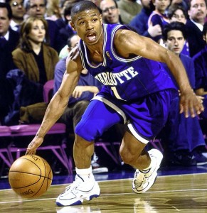 "2^ Tyrone (Curtis) ""Muggsy"" Bogues-N°1, PG, 09/01/1965, Baltimore, 158 cm, 57 kg, con gli Hornets 1988-1997, squadra precedente: Washington Bullets, squadra successiva: Golden State Warriors, College: Wake Forest University, Giocate (Regular Season solo Hornets) 632, Punti (Regular Season) 5531, Playoffs: G. 15, Pt. 154. Pagina Twitter: http://twitter.com/MuggsyBogues Video 1: http://www.youtube.com/watch?v=fej_QNViobU&feature=youtu.be Video 2: http://youtu.be/gqzw_qJUOlM Probabilmente il più veloce giocatore dell'NBA, vanta anche diverse stoppate, tra cui una famosa su Ewing. ""Muggsy"" è il soprannome, gli fu dato da un compagno di Playground per il suo stile aggressivo (dall'inglese mugging), ma anche per un personaggio con questo nomignolo di un lungometraggio che si chiamava Bowery Boy, ai tempi popolare dalle parti di New York."