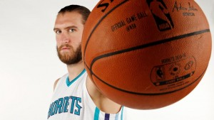 Spencer (Mason) Hawes-N°00, C/PF, 28/04/1988 Seattle (Washington), 216 cm, 111 kg, a Charlotte dal: 15/06/2015, squadra precedente: Los Angeles Clippers, College: Washington Huskies, G. 0, Pt. 0 (al 06/10/2015, Pagina Twitter: https://twitter.com/@spencerhawes00