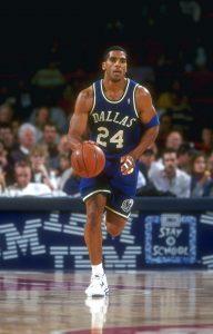 Jim (Arthur) Jackson: N°-, SG/SF, 14/10/1970 Toledo (Ohio), 198 cm, 100 kg, con gli Hornets: dal 27/12/2004 al 21/01/2005, College: Ohio Sate Buckeyes. Jackson arriva a New Orleans insieme a Nachbar in cambio di David Wesley (che andrà agli Houston Rockets) il 27 dicembre 2004. A mia memoria il peggior pseudo Hornets di sempre. Jackson infatti si rifiuta da subito di giocare per gli Hornets, i quali lo sospendono lasciandolo privo di stipendio. Il GM, nonché ex allenatore Allan Bristow trova una soluzione, quando complice l'infortunio di Nash ai Suns, riesce a cederlo il 21 gennaio 2005 insieme a una futura seconda scelta del Draft dello stesso anno (che si rivelerà poi essere Marcin Gortat) per Maciej Lampe, Casey Jacobsen e Jackson Vroman. I Suns perso Nash veleggiavano comunque in posizioni alte di classifica, mentre gli Hornets all'epoca avevano il peggior record della NBA. Il rifiuto di Jackson si basava sul fatto che esso, non volesse giocare per un team in ricostruzione nonostante nella sua carriera comunque avesse girato molto e non sempre giocato per top team; Dallas, New Jersey, Philadelphia, Golden State, Portland, Atlanta, Cleveland, Miami e Sacramento le sue esperienze precedenti oltre a Houston dalla quale proveniva. Il GM Bryan Colangelo dei Suns aveva bisogno di un veterano per i giovani Suns e di un sesto uomo che portasse punti dalla panchina. Gli Hornets invece, per far spazio ai tre nuovi arrivi taglieranno l'ala Matt Freije e la guardia Junior Harrington.