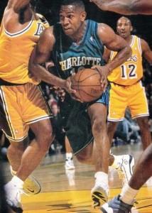 94^ Bobby (Ray) Phills (II)-N°13-SG, 20/12/1969 Baton Rouge (Louisiana)-12/01/2000 Charlotte (North Carolina), 196 cm, 95 kg, squadra precedente: Cleveland Cavaliers, G. 133, Pt. 1636. http://www.youtube.com/watch?v=zB93PB2bGro&feature=youtu.be Nativo di Baton Rouge, Louisiana, Bobby Ray Phills II, venne al mondo il 20 dicembre 1969. Laissez le bon temps rouler potrebbe essere un motto importato dai coloni francesi per queste terre che presero il nome dal Re Sole Luigi XIV, dove la vita è presa con una miglior filosofia rispetto ai ritmi esasperati di produttività che in altri luoghi la società impone. Certo non è tutto oro, anzi… in Louisiana sussistono problemi storici d'immigrazione (anche italiana, in special modo dalla Sicilia) e sussisteva il problema che i neri, nonostante non fossero più schiavi, vivessero sostanzialmente una vita monca, essi, infatti, non potevano entrare in alcuni luoghi, riservati esclusivamente ai bianchi. Nonostante ciò, Phills si affermerà come giocatore di basket, nonostante come risaputo da molti, lo sport più popolare nella gran parte del sud degli Stati Uniti, sia il football americano. Bobby Phills ha frequentato la Southern University per Tutti e quattro Gli anni del corso di laurea. Questo è il tempo in cui Bobby Phills voleva essere un veterinario. Infatti, conseguì una laurea in scienze animali. Gli piacevano i piccoli animali. Gli piaceva alleviare il loro dolore. Gli piaceva il fatto che gli animali istintivamente sapessero che tipo di persona fossi, non ti giudicassero dallo sguardo, dai vestiti, dallo stipendio. Phills guardò le persone allo stesso modo, e in questo mondo è cosa sempre più rara. Nella Stagione 1990-1991, ultimo anno universitario, Phills è Stato Il primo giocatore della nazione per tiri da tre segnati, classificandosi quarto miglior marcatore del circuito con 28,4 punti di media a partita, oltre ad essere tredicesimo nei recuperi con un buon 3,2 a gara, il che gli vale la chiamata dei Milwaukee Bucks al se