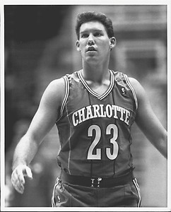"""15^ (Byron Thomas) """"Tom"""" Tolbert-N°23/39, PF, 16/10/1965, Long Beach, 201 cm, 107 kg, 1988 e 1994-95, G. 24, Pt. 54. http://www.youtube.com/watch?v=nhKWAFseGEM Byron Thomas Tolbert, meglio conosciuto come Tom Tolbert, è stato un giocatore di basket che ha iniziato e terminato la sua carriera con gli Hornets. Questo non vuol dire però che abbia sempre giocato per essi, infatti la squadra con cui ha più presenze, sono i Golden State Warriors. Ha giocato un totale di sette stagioni nella National Basketball Association. Dopo il ritiro dal basket, Tolbert è diventato un co-conduttore di uno show radiofonico a San Francisco ed anche un commentatore per le televisioni NBC, ESPN e ABC per quel che concerne la NBA. Tolbert, dopo il liceo, ha giocato a basket al college per la University of California, Irvine (1983-1985), Cerritos College (1985-86), e per l'Università di Arizona (1986-1988). In Arizona, Tolbert ha aiutato la squadra ad apparire alle Final Four del 1988. Nel 1988, è stato selezionato con la 34° chiamata dagli Charlotte Hornets. Si ritirò dopo la stagione 1994-1995 dopo la nascita di suo figlio maggiore. Tolbert vive ad Alameda, in California, con la moglie e tre figli."""