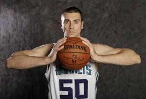"(Andrew) Tyler Hansbrough ""Psyco T""-N°50, PF, Columbia (Missouri), 206 cm, 113 kg, a Charlotte dal: 22/07/2015, squadra precedente: Toronto Raptors, College: North Carolina Tar Heels, G. 0, Pt. 0 (al 06/10/2015), Pagina Twitter: https://twitter.com/@THANS50"
