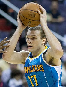 234^ Lou ('is Gabriel) Amundson-N°17, PF/C, 07/12/1982 Ventura (California), 206 cm, 102 kg, 2013 (il 12 marzo firma un contratto fino alla fine della stagione), squadra precedente: Chicago Bulls, College: University of Nevada, Las Vegas, stipendio 2012/13: $232,775, G. 18, Pt. 44. Pagina Twitter: http://twitter.com/@LouAmundson17 http://www.youtube.com/watch?v=owvl0AEmz5s&feature=youtu.be