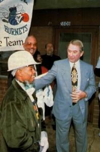 """1^ George Shinn-Presidente Hornets (1987-2010), 11/05/1941 Kannapolis (North Carolina). George Shinn fu uno studente non troppo brillante, poi decise di cambiare scuola e di entrare all'Evans Business College. Shinn ha lavorato nell'industria tessile, in un autolavaggio e come bidello. Dopo la laurea da Evans, raccolse fondi e comprò la scuola ed altri piccoli collegi, dove offriva programmi di 18-24 mesi, sotto il nome della società """"Rutledge sistemi d'istruzione"""". Alla fine decise di vendere le scuole e di fondare/comprare gli Hornets per 32,500,000 dollari nel 1987 con il ricavato. Shinn fu accusato di sequestro di persona e violenza sessuale da una donna di Charlotte. Shinn ha avuto un processo per questa storia nel dicembre del 1999, la giuria ha respinto le accuse della donna, anche se la storia rimane controversa. A parte Shinn ha ammesso in tribunale di avere avuto rapporti sessuali fuori dal suo matrimonio. Il processo è stato trasmesso a livello nazionale e fece molto scalpore. Il processo e la sua reputazione appannata, fu uno dei motivi principali per il trasloco da Charlotte a New Orleans. Shinn non è ancora tornato a Charlotte dal momento in cui i Calabroni lasciarono Charlotte per New Orleans nel 2002. In un'intervista del 2008 con il Charlotte Observer, Shinn ha ammesso che il dramma sulla sua vita personale è stato un fattore decisivo nel lasciare la città visto che l'Alveare era sempre drammaticamente più vuoto anche a causa di problemi con la squadra e pubblico. Nel 2010 Shinn pensò vendere la sua quota di maggioranza dei Calabroni a Gary Chouest, che aveva acquistato il 25% della squadra. Essendoun proprietario possibile locale Chouest era anche visto bene dalla NBA, ma la trattativa si arenò anche a causa di problemi finanziari di Chouest, armatore colpito dal disatro dell BP nel Golfo del Messico. La società quindi viene comprata in maniera anomala dalla NBA nel dicembre 2010 per circa 300 milioni di dollari, anche perchè Shinn nel ftattempo er"""