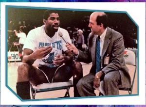 "Un ""giovane"" Steve Martin intervista Magic Johnson allo Charlotte Coliseum."