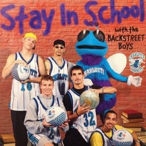 Hugo con il gruppo dei Backstreet Boys in una campagna promozionale per far rimanere i giovani nelle scuole a studiare.