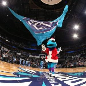 Hugo fa gli auguri vestito da babbo Natale. Foto presa dalla pagina deegli Hornets.