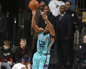 Neal al tiro sotto lo sguardo di due bambini. Un buon rientro per lui che con 13 punti da una mano alla squadra.