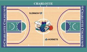 Parquet Hornets 1994-95.  Mentre il cerchio di centrocampo vede accogliere per la prima volta un logo più grande che fuoriesce in parte anche dal cerchio, la novità principale è costituita dal tentativo della NBA dell'arretramento della linea del tiro da 3 punti. Mentre in Europa all'epoca la distanza dal canestro era di 6,25 m., nella NBA era a 7,25 m. (anche e ai lati scende circa a 6,71), tuttavia nel 1994-95, fino al 1997 (quando tornarono alla vecchia distanza per limitare l'abuso del tiro da tre punti), la distanza venne ravvicinata a 6,75 m., così, oltre il semicerchio viola che delimitava l'area oltre la quale si poteva tentare di colpire da tre punti, sul parquet di Charlotte c'era una linea cancellata, poco visibile (qui non l'ho riprodotta), una sfumatura bianca (che non è quella ai 6,25 m. disegnata bene sul campo anch'essa presente) ormai inutilizzata.