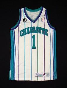 Charlotte Hornets, divisa casalinga. La maglia utilizzata dagli Hornets all'inizio del 2000 con la patch tonda n°13 dedicata al compagno Bobby Phills, scomparso in un incidente stradale nei pressi dello Charlotte Coliseum.