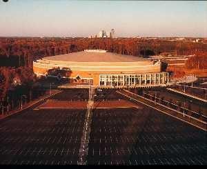 Il vecchio Charlotte Coliseum (The Hive), nei pressi di Tyvola Road. Oggi non esiste più poichè è stato abbattuto.