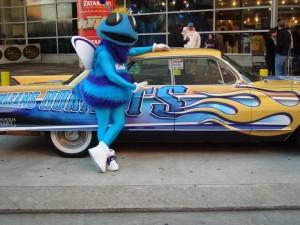 Hugo con la macchina degli Hornets parcheggiata fuori dall'Arena.