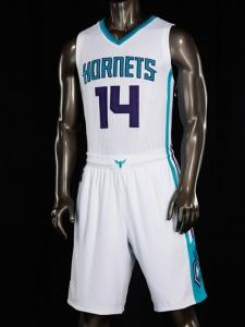 """Charlotte Hornets, divisa casalinga. Dal 2014/15 al... Divisa progettata dal Jordan Brand, la divisione Nike costruita intorno alla fama del proprietario degli Hornets Michael Jordan. La scritta """"Hornets"""" compare sulla versione bianca. Gli Hornets non hanno avuto la possibilità di utilizzare divise uguali a quelle originali del 1988. Secondo le regole NBA, la lega chiede aggiornamenti. Adidas è il fornitore ufficiale della NBA e quindi anche degli Hornets, sebbene la realizzazione delle nuove uniformi sia stata fatta da un marchio concorrente. La filosofia nel realizzarle è stata non essere alla moda ma performanti, avere qualcosa dalla quale i giocatori potessero trarne beneficio."""