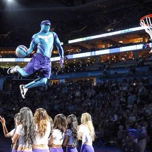 Super Hugo con il nuovo costume. Con un salto mortale dal trampolino e schiacciata ha mantenuto vive le ottime tradizioni acrobatico/circensi dei suoi predecessori.