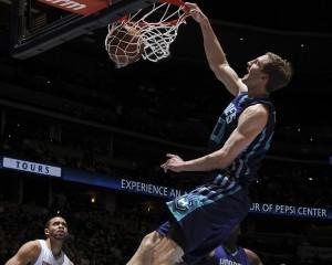 Cody Zeller schiaccia in faccia alla difesa dei Nuggets.