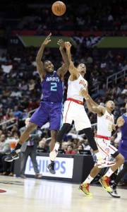 Marvin Williams lotta con Sefolosha a rimbalzo.