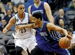 Jeremy Lamb cerca di superare Kevin Martin nel primo quarto. (AP Photo/Jim Mone)