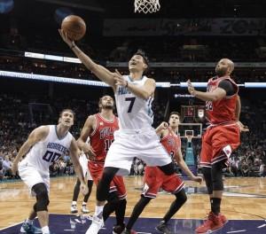 Jeremy Lin va a realizzare in penetrazione.