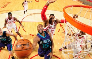 Kemba sfugge a Dwight Howard.