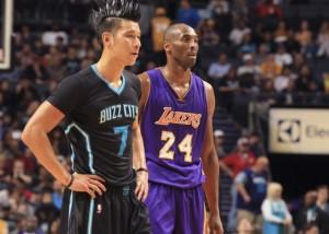 L'ex gialloviola Jeremy Lin (13 pt.) e Kobe Bryant.