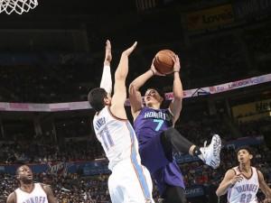 Lin s'inventa un tiro acrobatico.