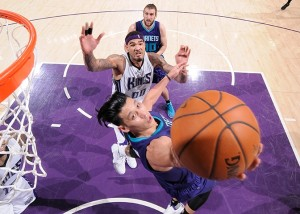 Jeremy Lin in reverse layup con Cauley-Stein a guardare.