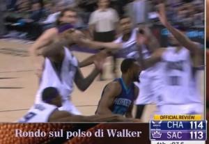Rondo su polso e poi avambraccio di Walker nel finale...