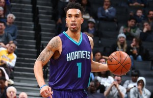 Courtney Lee all'esordio con la canotta numero 1.
