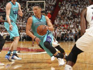 Lin è andato in difficoltà difensiva contro Wade, ma tutta Charlotte ha conceso troppo.