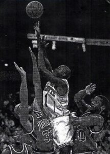 Rice sorge tra Grant Hill e Otis Thorpe dei Pistons.