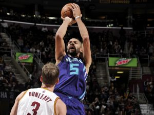 Batum al tiro su Dunleavy. (Photo by David Liam Kyle/NBAE via Getty Images)