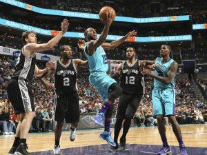 Kemba Walker in uno dei suoi rovesciati in mezzo alla difesa degli Spurs. NBAE (Photo by Kent Smith/NBAE via Getty Images)