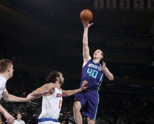 Cody Zeller batte Noah con il floater. Il suo rientro è stato positivo in attacco per gli Hornets ma non è bastato a interrompere la striscia negativa che perdura da troppo tempo. NBAE (Photo by Nathaniel S. Butler/NBAE via Getty Images)
